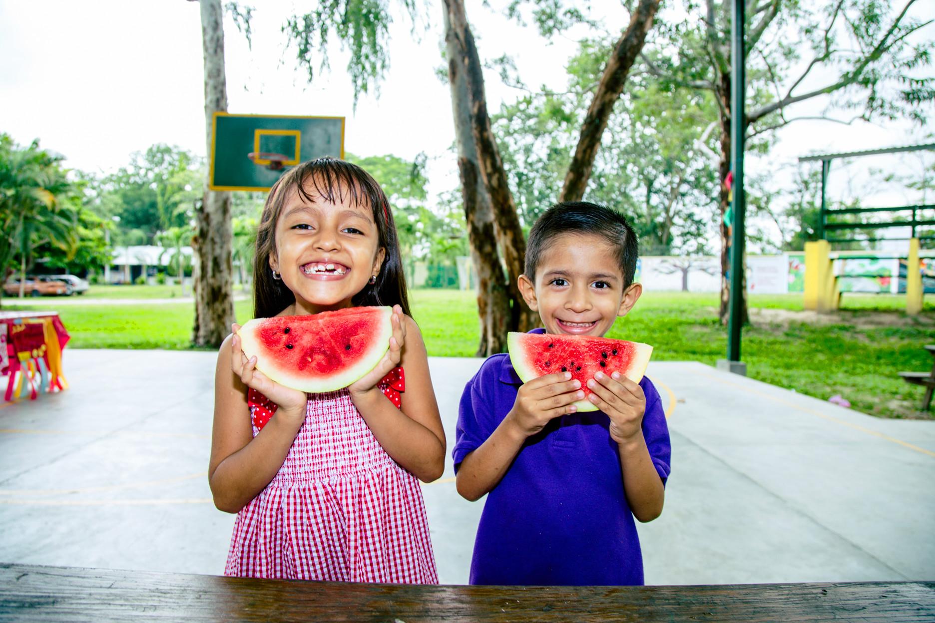 Niños con Sandias